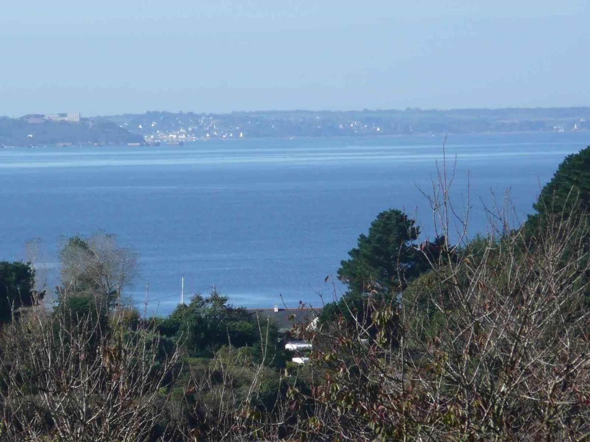 Au fond à gauche, l'île longue et sa base de sous marins