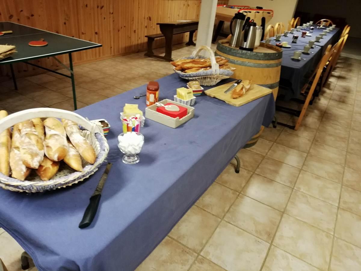 Petit déjeuner de groupe servi dans la salle commune
