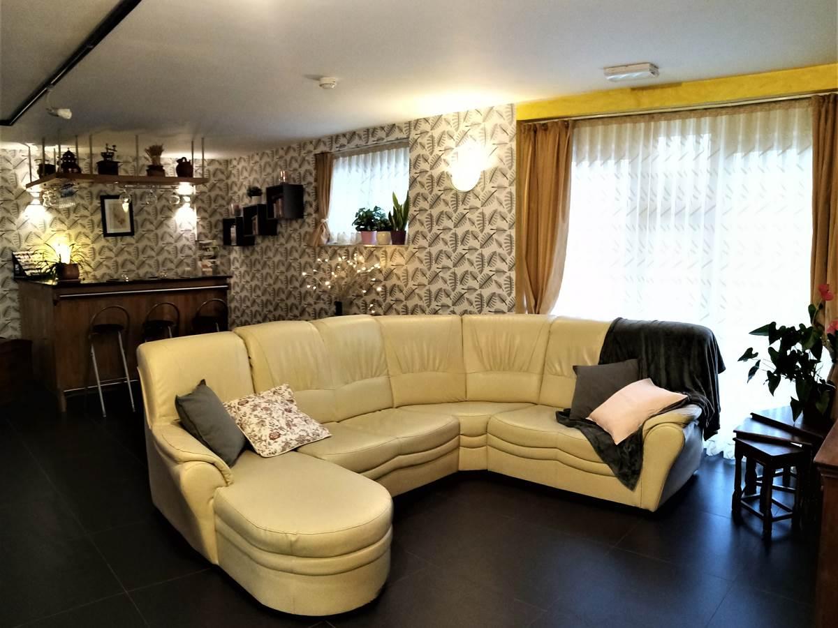 Un salon confortable pour, notamment vos soirées TV grand écran