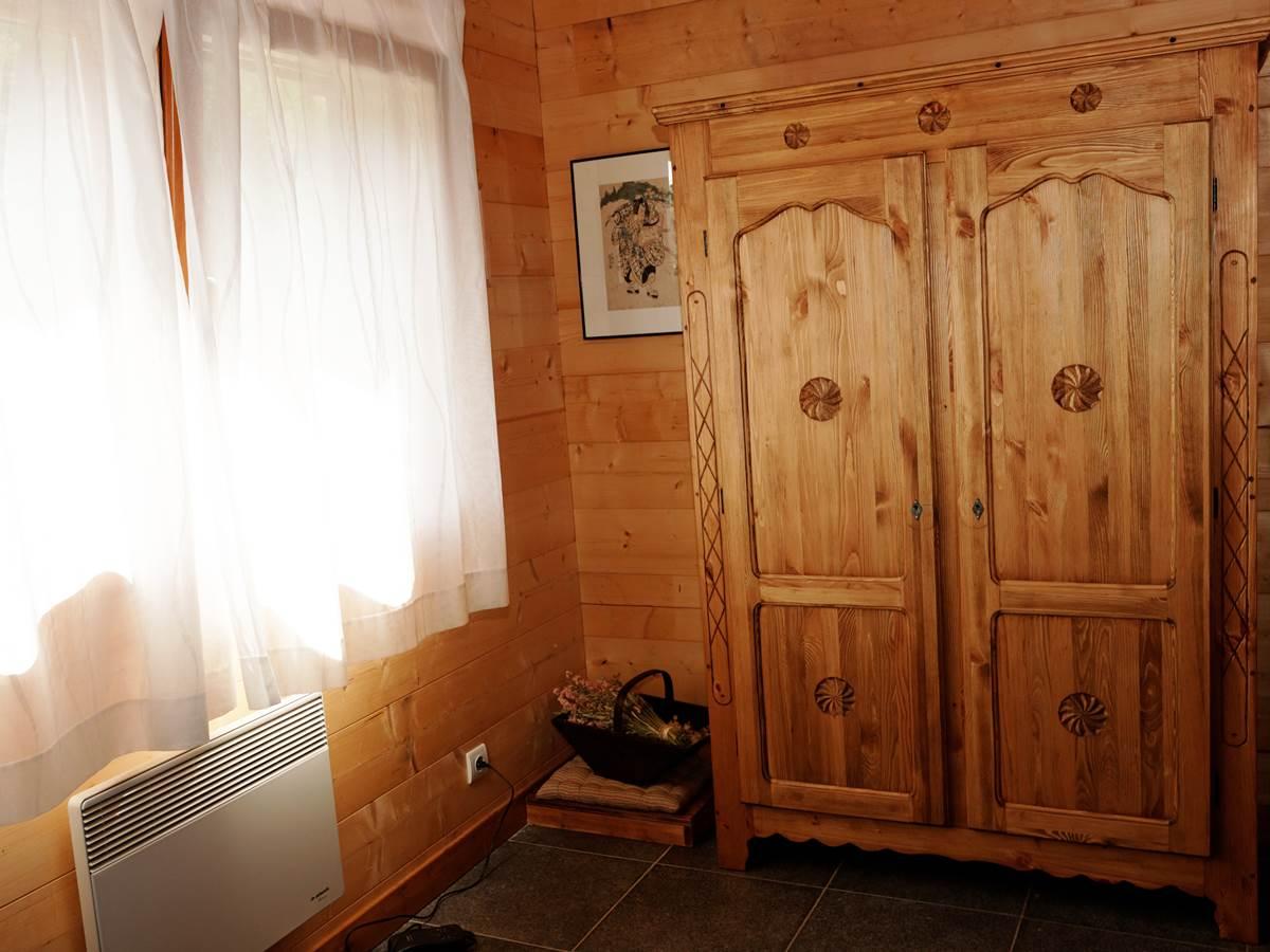 Chambre 1 du premier niveau, fenêtre à l'Est (soleil le matin) vers les Drus