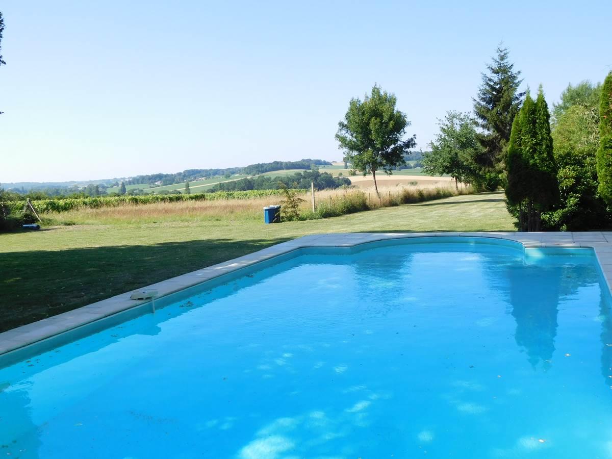 piscine commune à l'autre côté du chemin