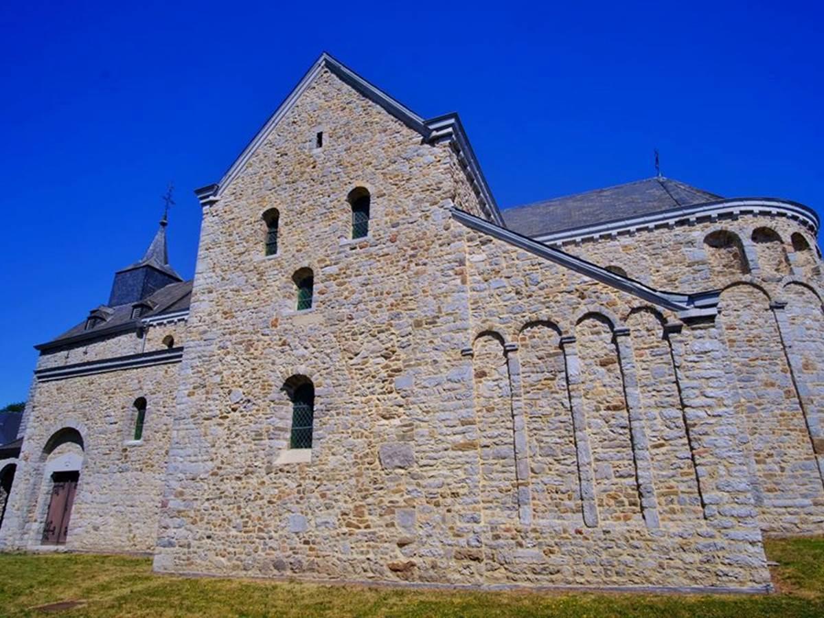 L'église classée de Xhignesse jouxte le gîte
