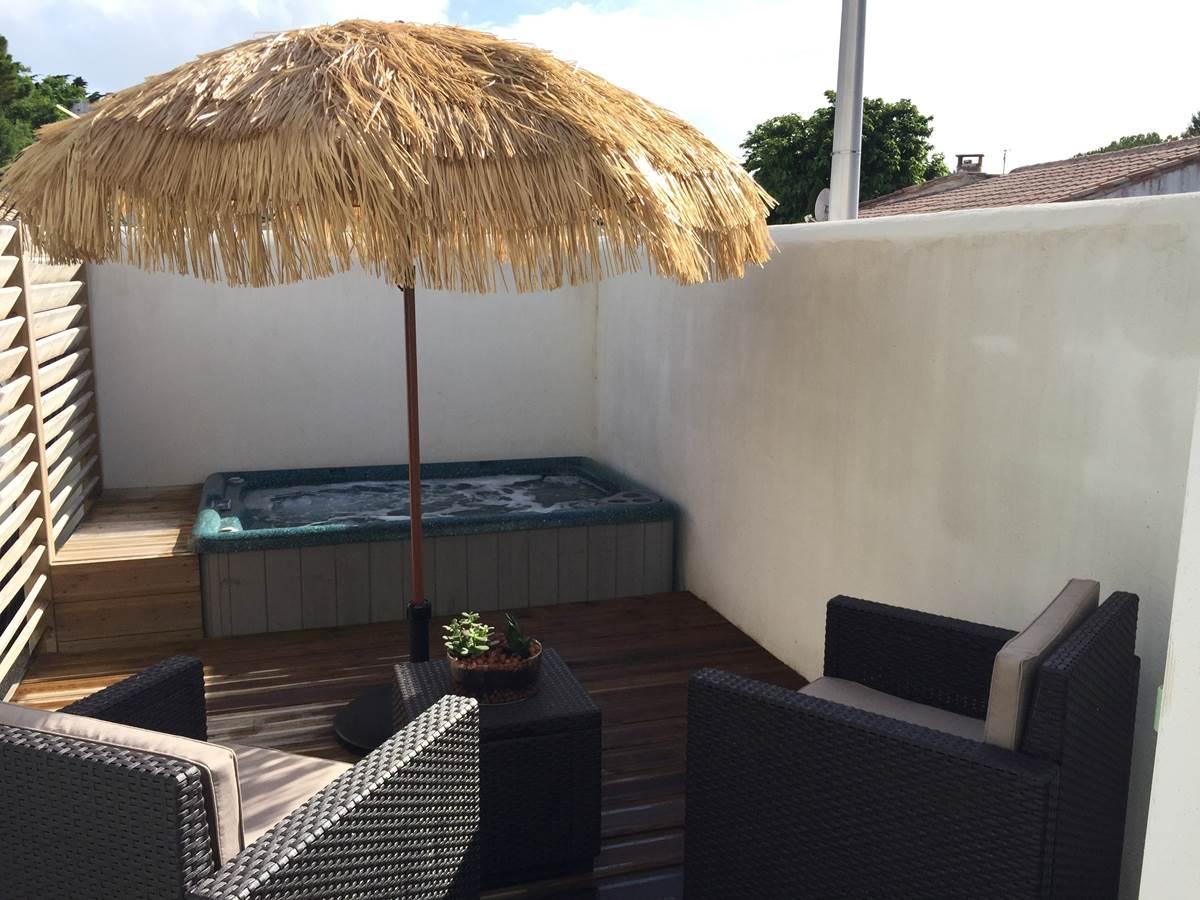 La terrasse et le spa privé chambre Kaki