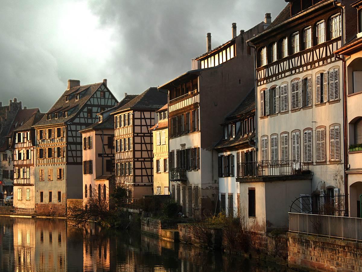 Les maisons traditionnelles alsaciennes de La Petite France sous un ciel d'orage