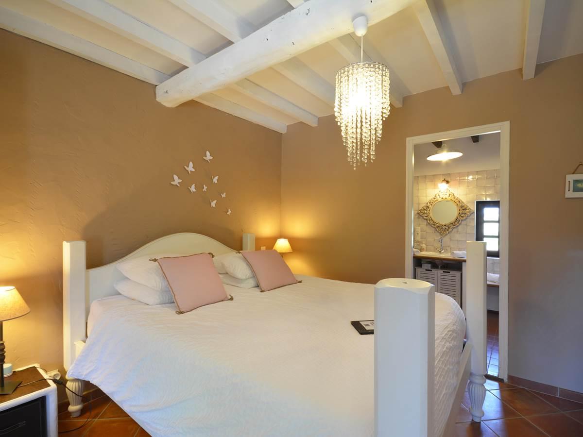 la chambre de mireille , lit queen size bed