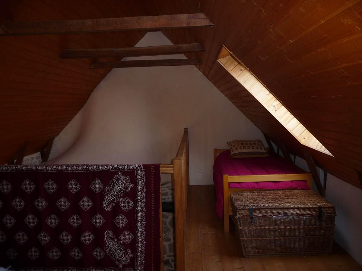 Dans la chambre un grand lit et deux lits une personne