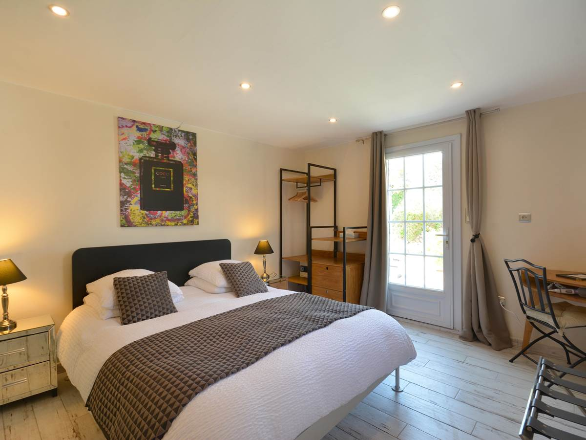 chambre de Julien , queen size bed