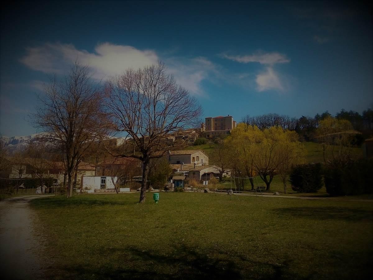 situé en centre village à proximité des commerces sur la commune de Recoubeau-Jansac dans la Drôme à quelques kilomètres de la ville de Die, en plein coeur du pays Diois !