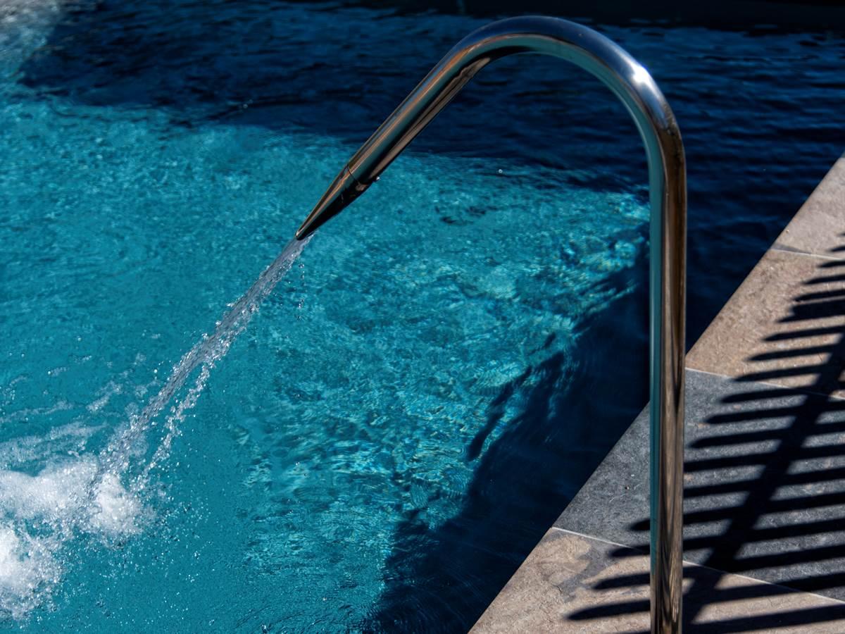 Piscine Chauffée 14 x 4 m  Volet Sécurité immergé  2 cascades massantes