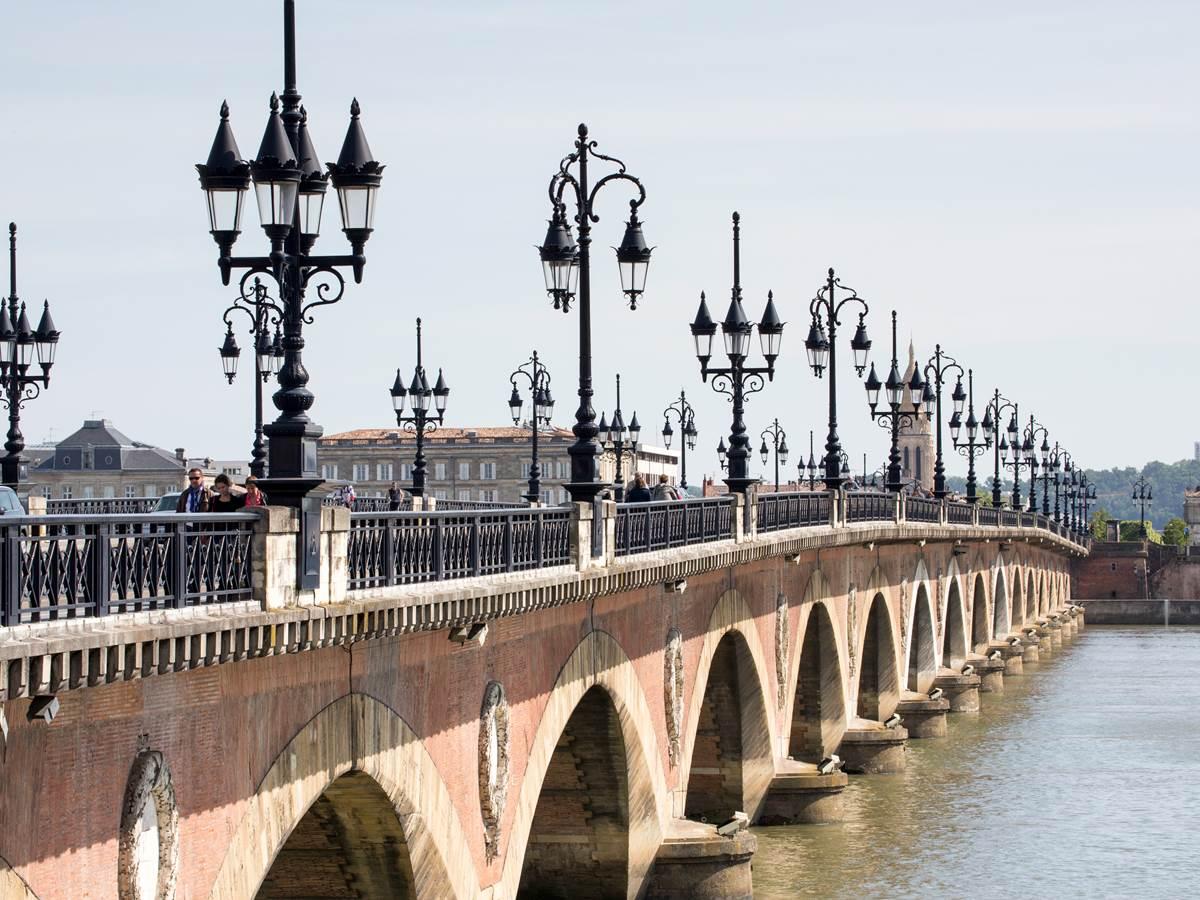 Le pont de Pierre franchissant la Garonne