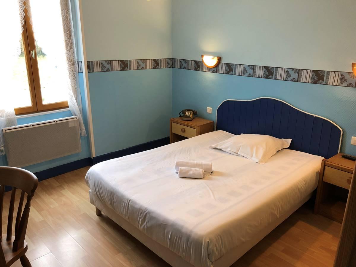 Chambre avec douche et wc séparés, à l'étage, vue sur la cour intérieure et la campagne