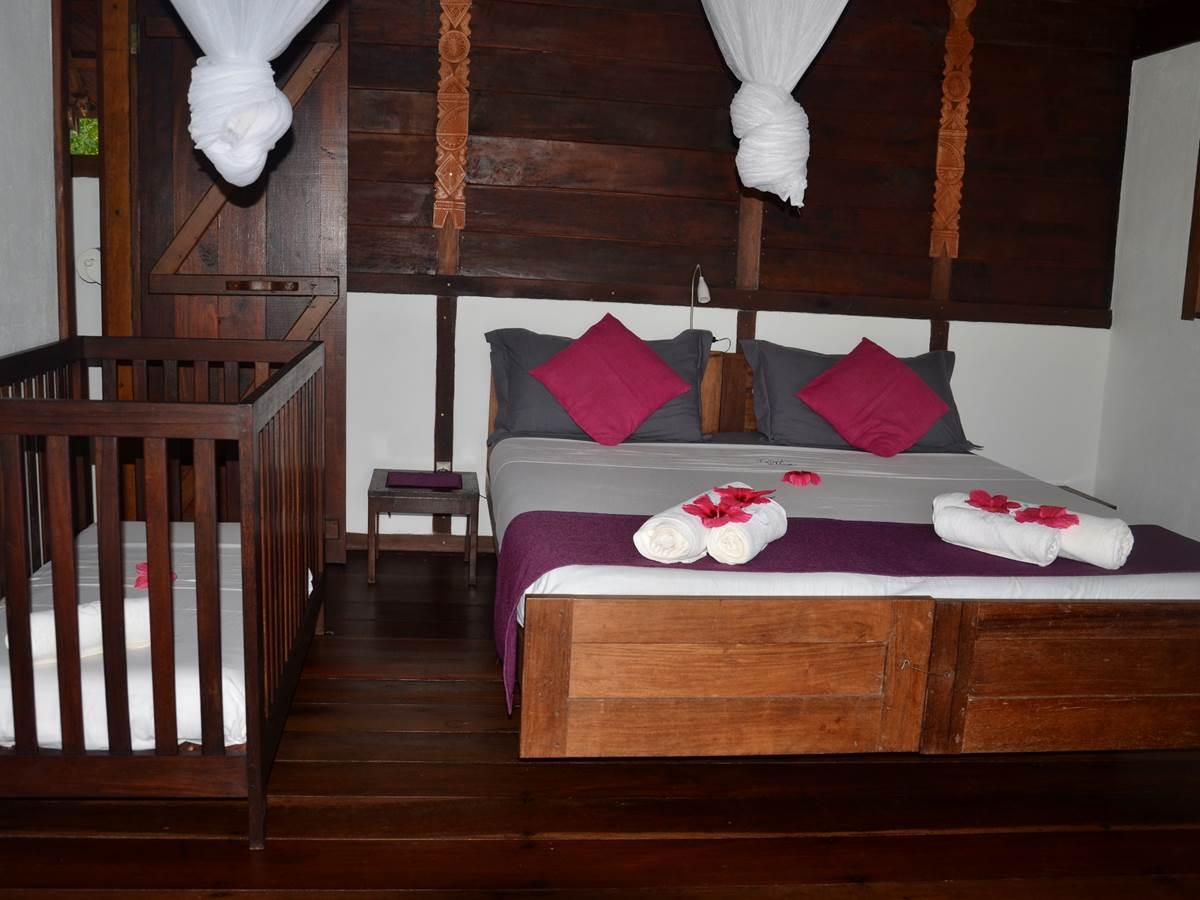 Chambre double avec lit bébé