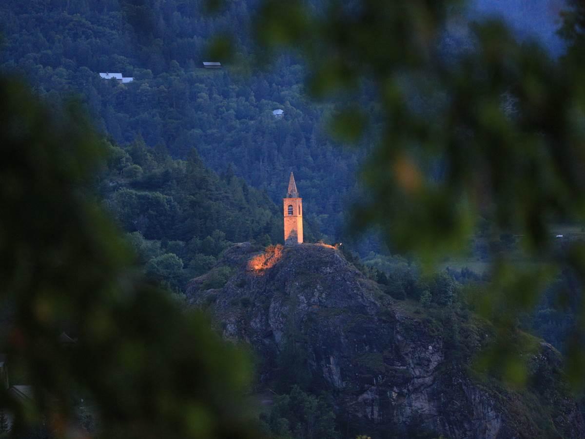 La vue sur le clocher de Méolans, site classé.