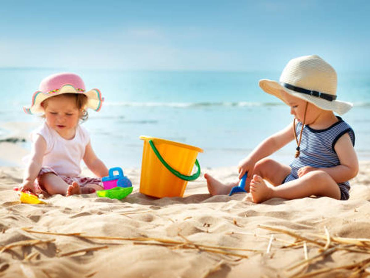 Bébés sur la plage