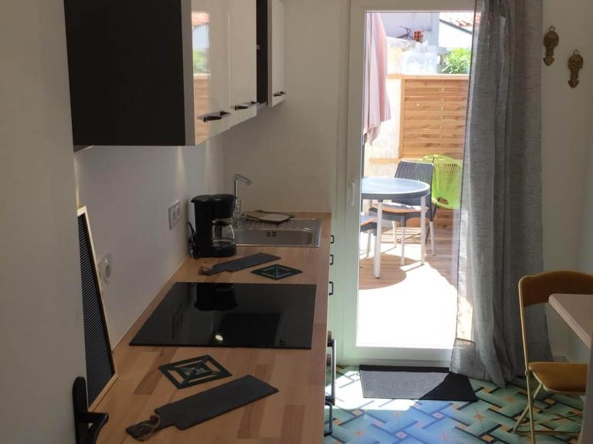 Alba Studios 2, Saint Cyprien, cuisine et terrasse
