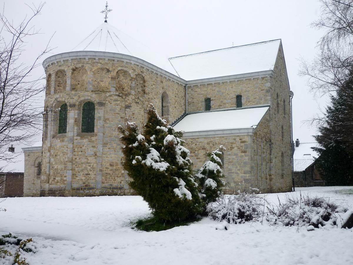 Sous la neige, l'église classée au Patrimoine Majeur de Wallonie