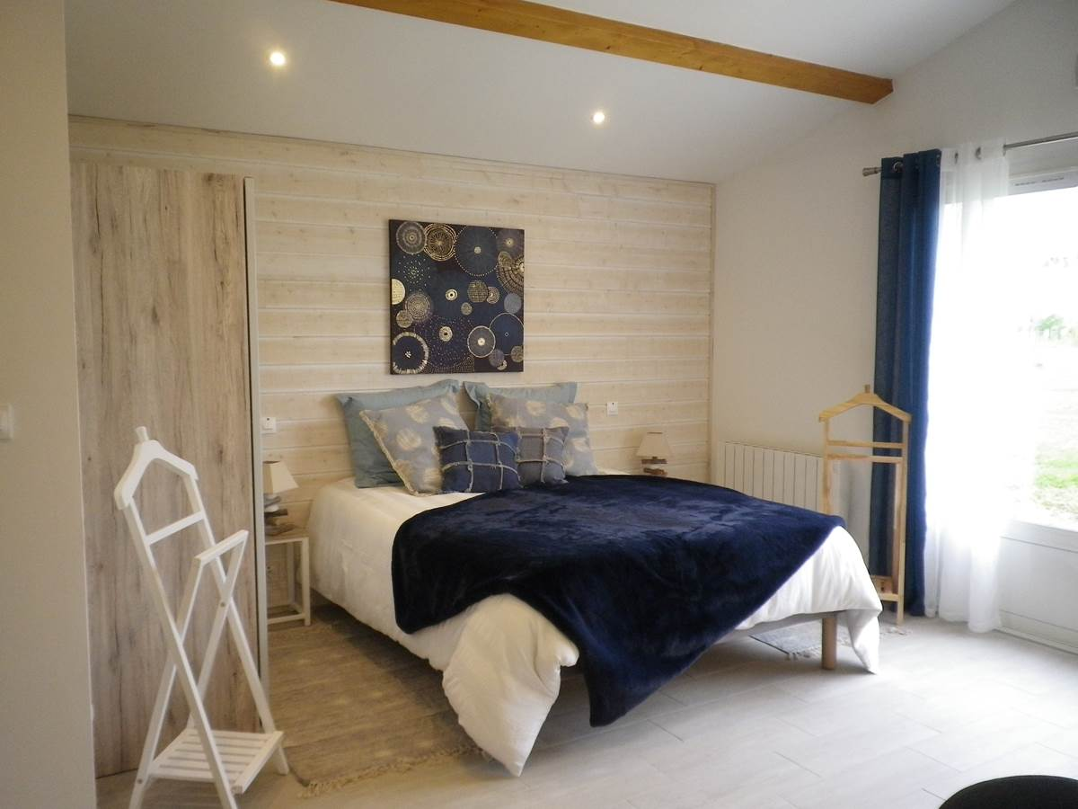 Chambre avec la literie en 160x200