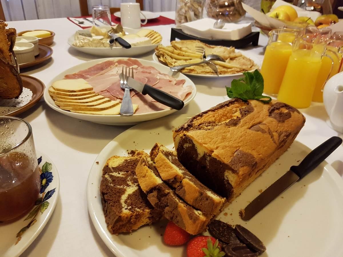 exemple de table  dressée pour le Petit Déjeuner Gourmand au Ranch des Lacs