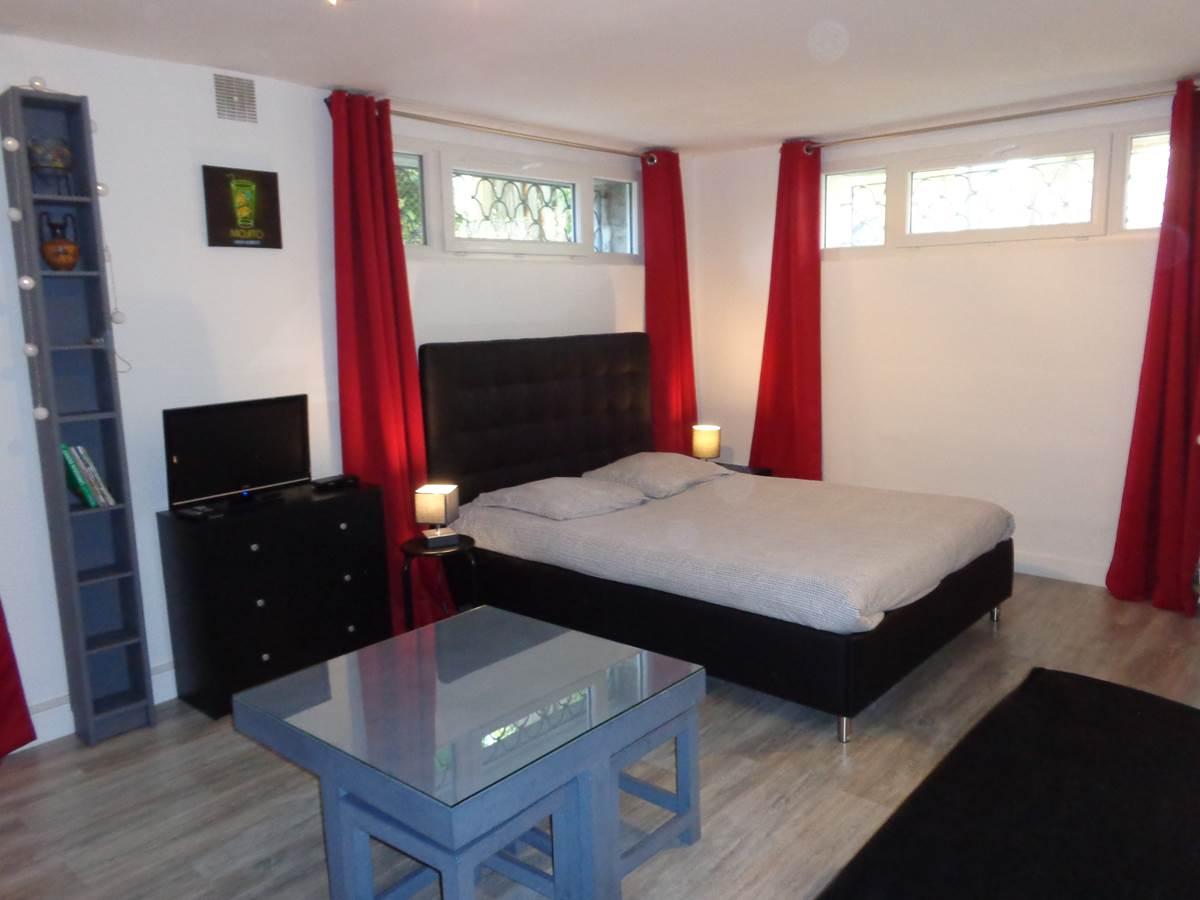 Studio Guéret - vue lit et TV