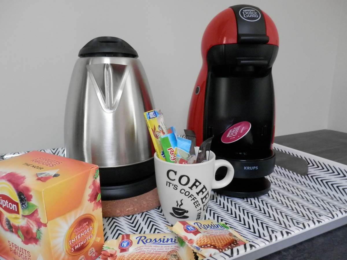Plateau bouilloir avec thé, café, chocolat et friandise.