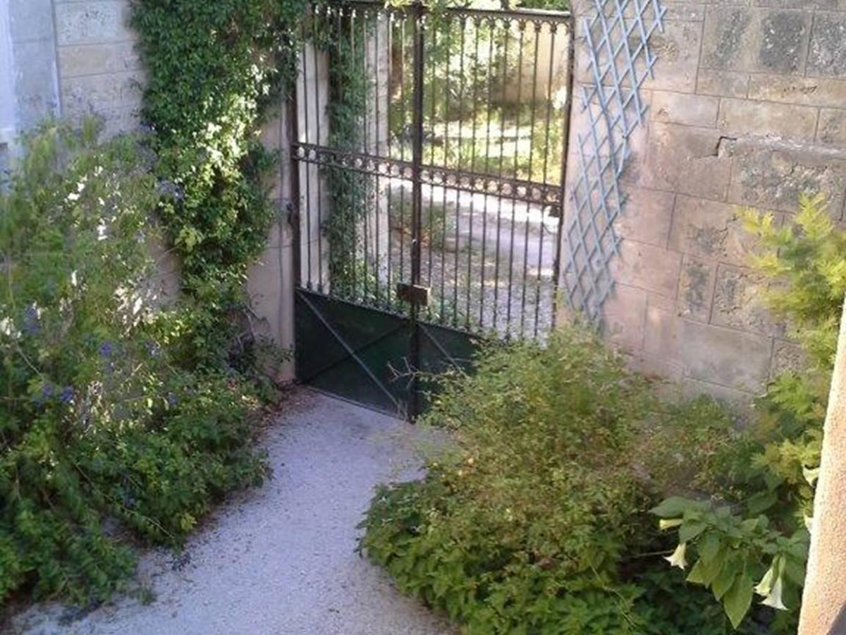 Grille d'entrée vu du jardin intérieur
