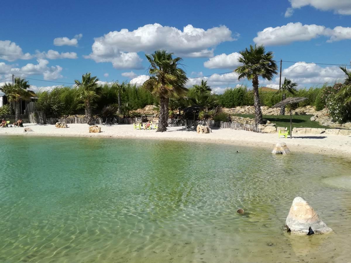 une plage de sable fin, un plan d'eau douce et du soleil...