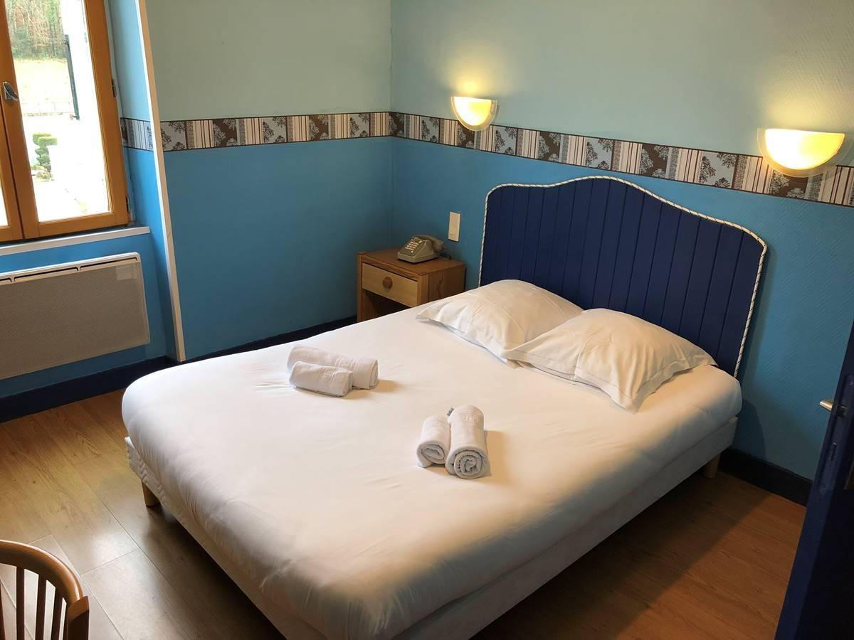 Chambre double bâtisse côté cour, situé en 1er étage, à Boulazac
