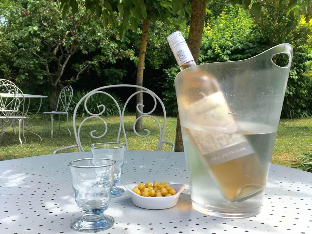 Bouteille de rosé aux chambres d'hôtes la Rougeanne près de Carcassonne