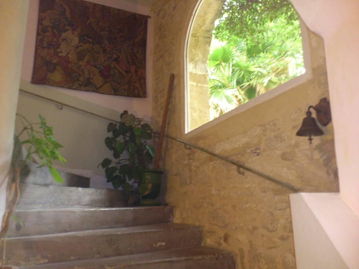 Un bel escalier en pierre menant à deux chambres d'hôtes