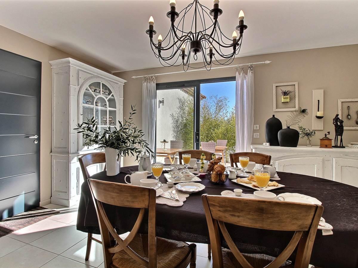 chambres d'hotes charme flayosc salle petit déjeuner gourmand draguignan lorgues salernes tourtour piscine