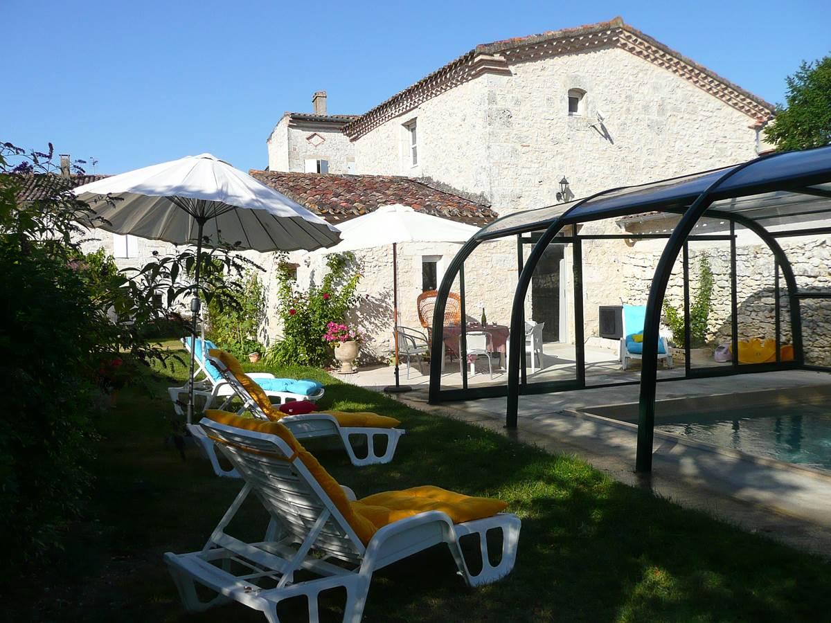 Saint Roch séjour cuisine à partager pour les hôtes près piscine terrasse.jpg