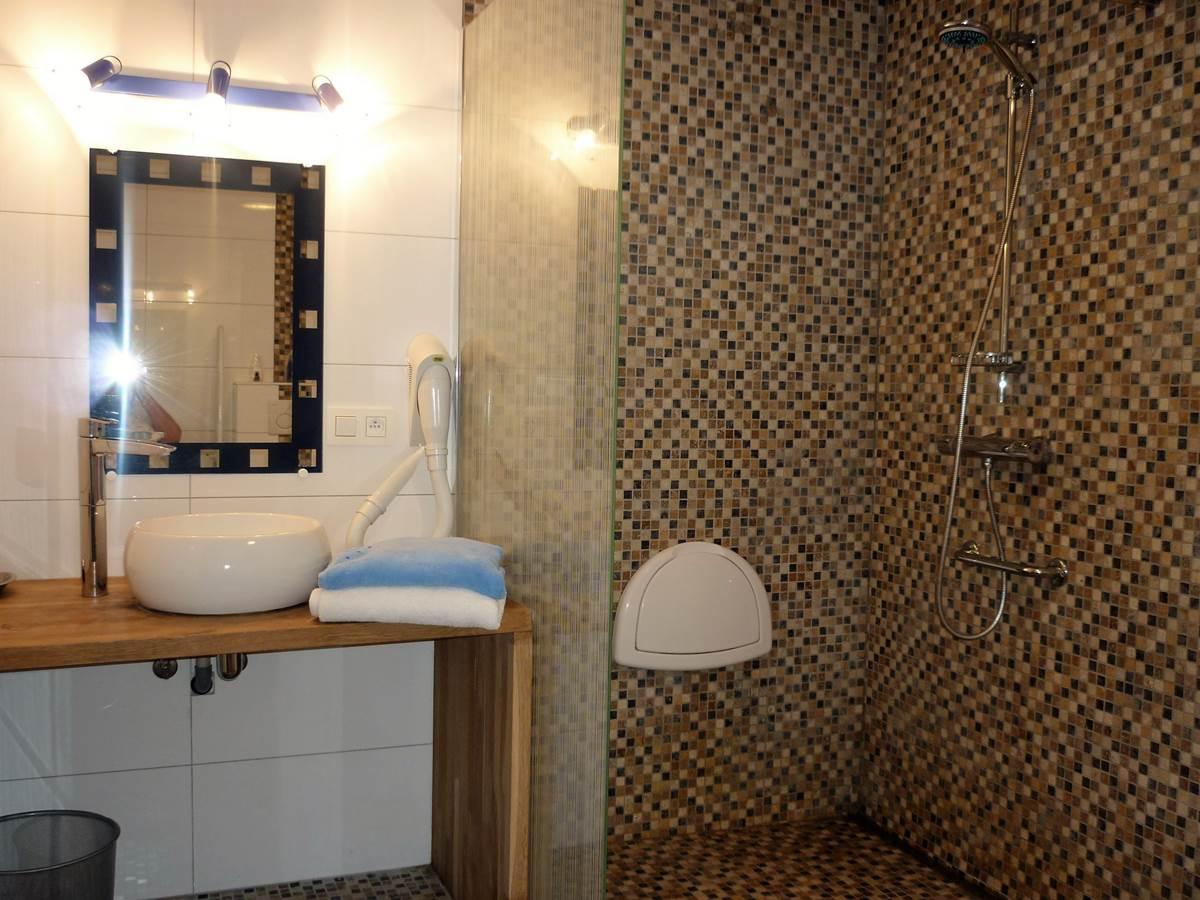 La grande salle d'eau du rez est adaptée pour PMR