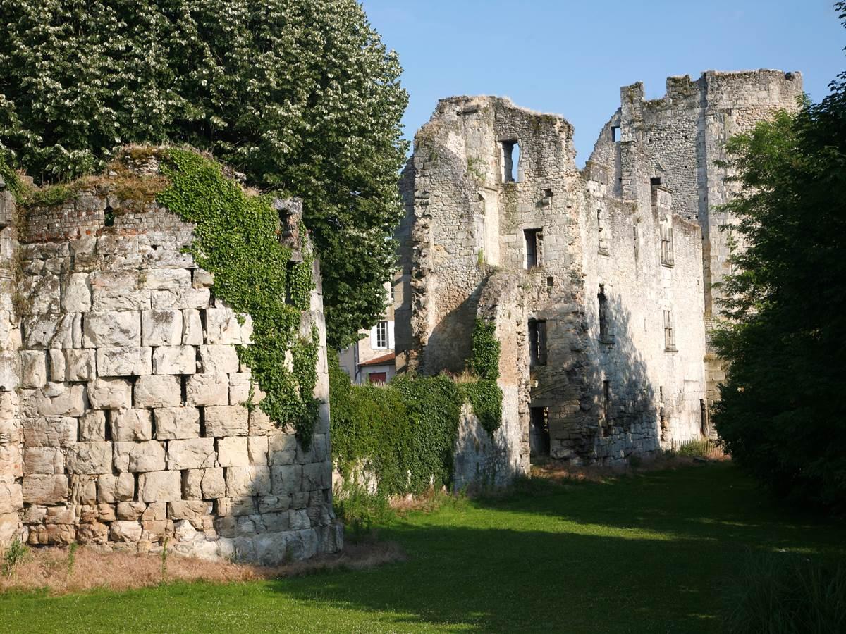 le château Barrière, donjon daté du XIIe siècle.