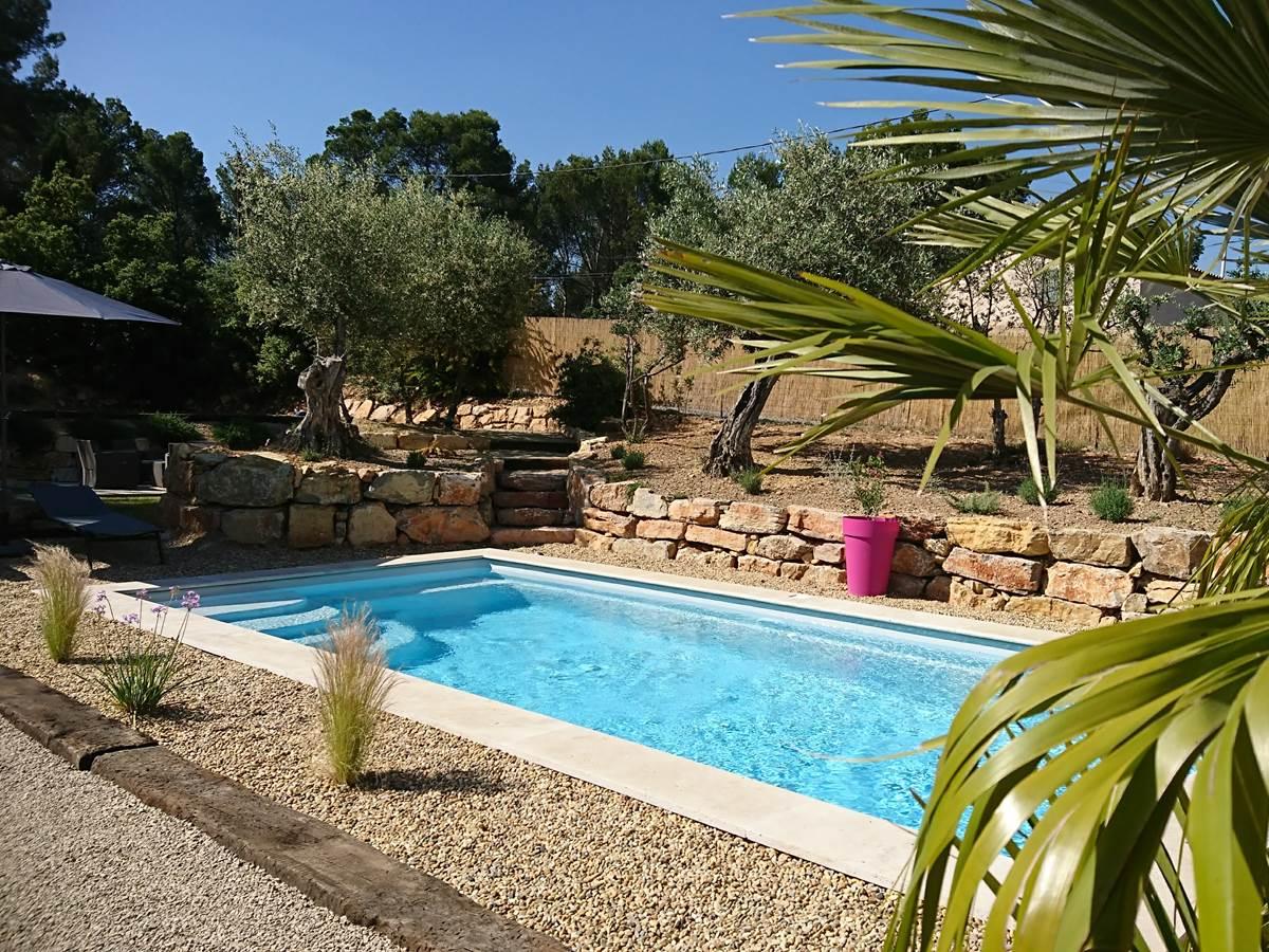 piscine dédiée à nos hôtes, jardin aux oliviers centenaires et plantes méditéranéennes