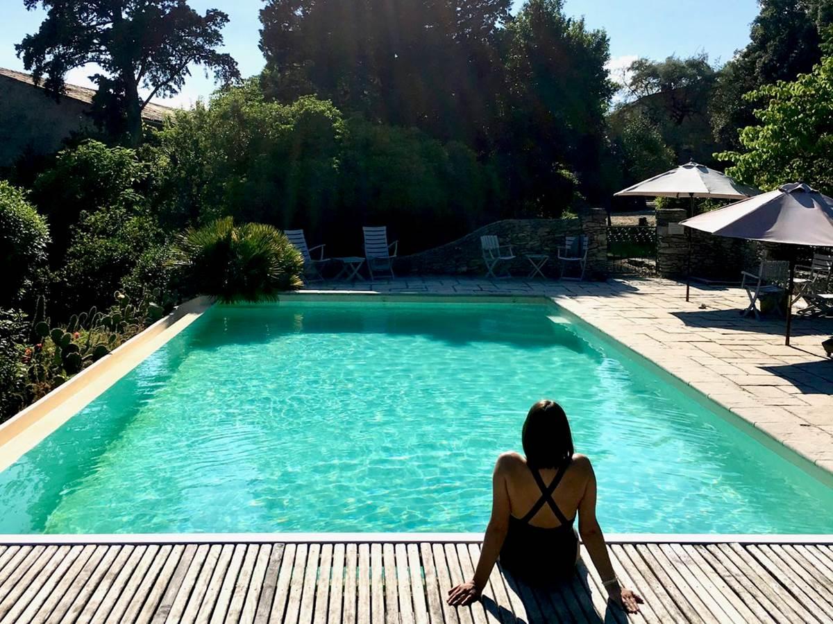 La piscine des chambres d'hôtes de charmes La Rougeanne à Carcassonne, Canal du Midi en Pays Cathare, Guide Michelin
