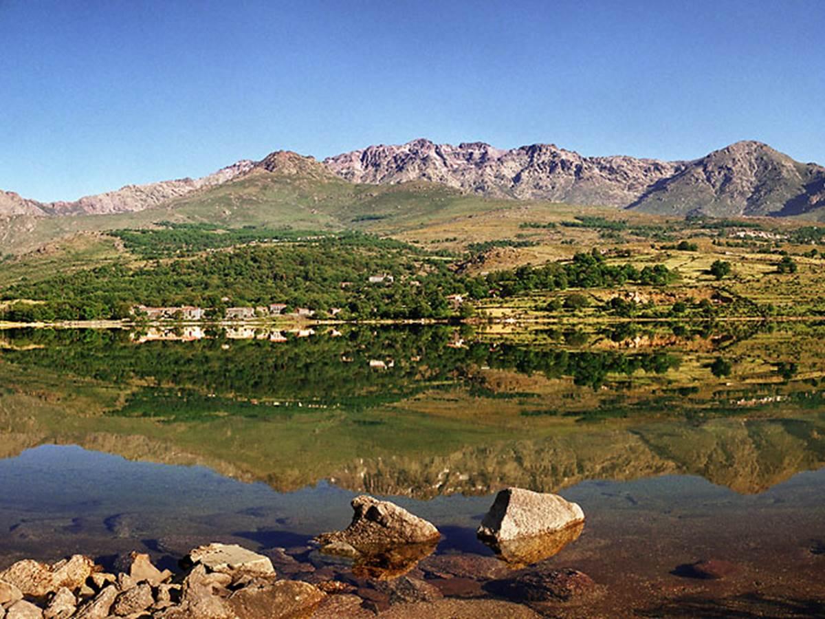 Lac de Calacuccia et la chaîne de montagnes (Paglia Orba, Monte Cintu...)