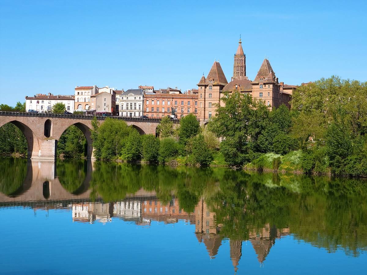 Le vieux pont et le musée Ingres au fond