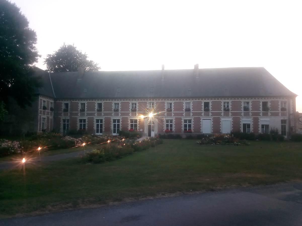 abbaye avec la nuit qui tombe
