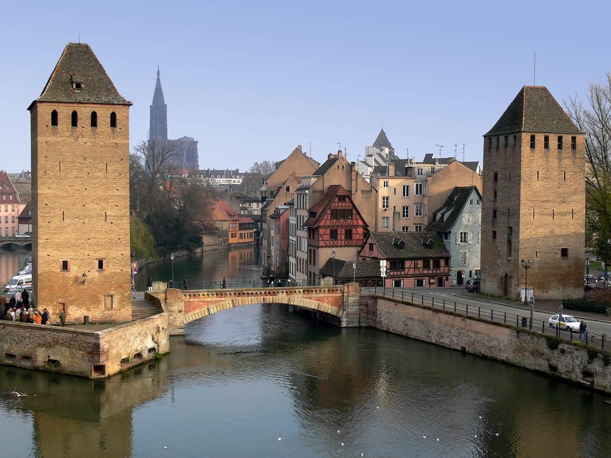 Vue imprenable sur la Petite France avec la cathédrale en arrière-plan, le pont et les deux tours du moyen âge.