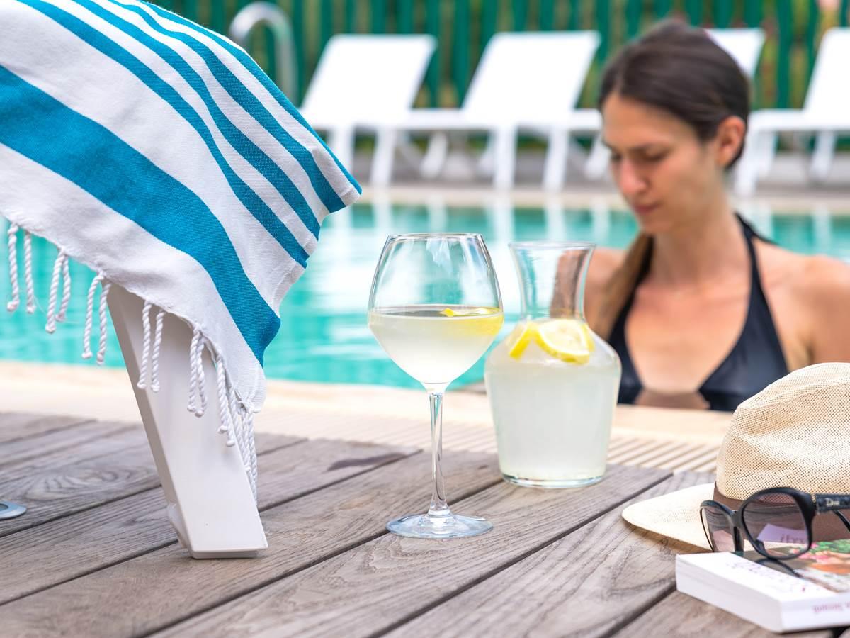 Pause rafraîchissante au bord de la piscine.