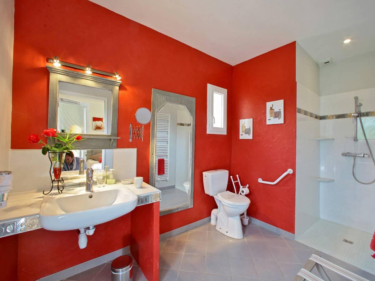 Salle d'eau de la chambre Les Milandes en Dordogne aménagée PMR
