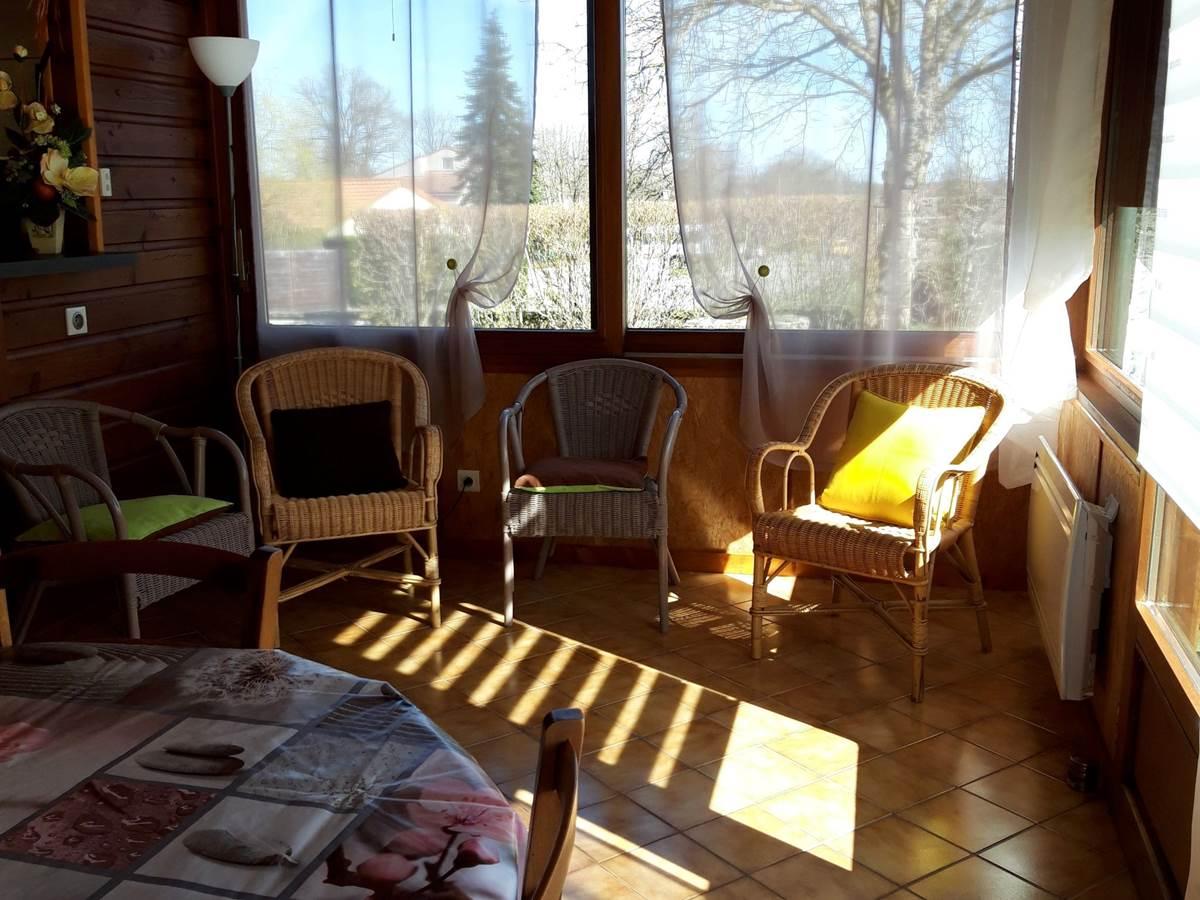 Gîte Les Rosiers  séjour, petit salon, vue sur la rue