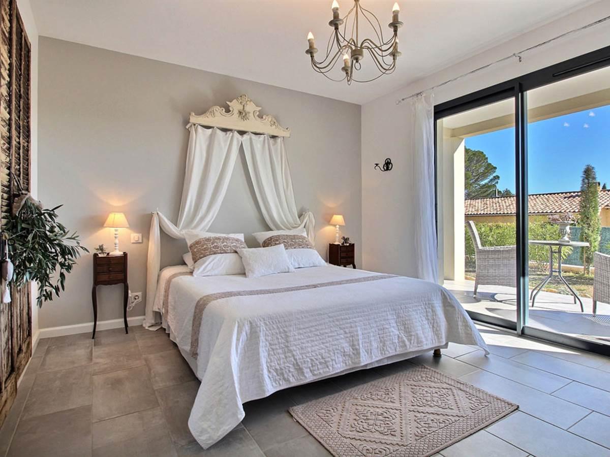 Un côté rétro chic pour cette chambre qui se veut romantique avec ses tonalités de beige et de blanc, ses carreaux ciment, son ciel de lit et ses obkets détournés
