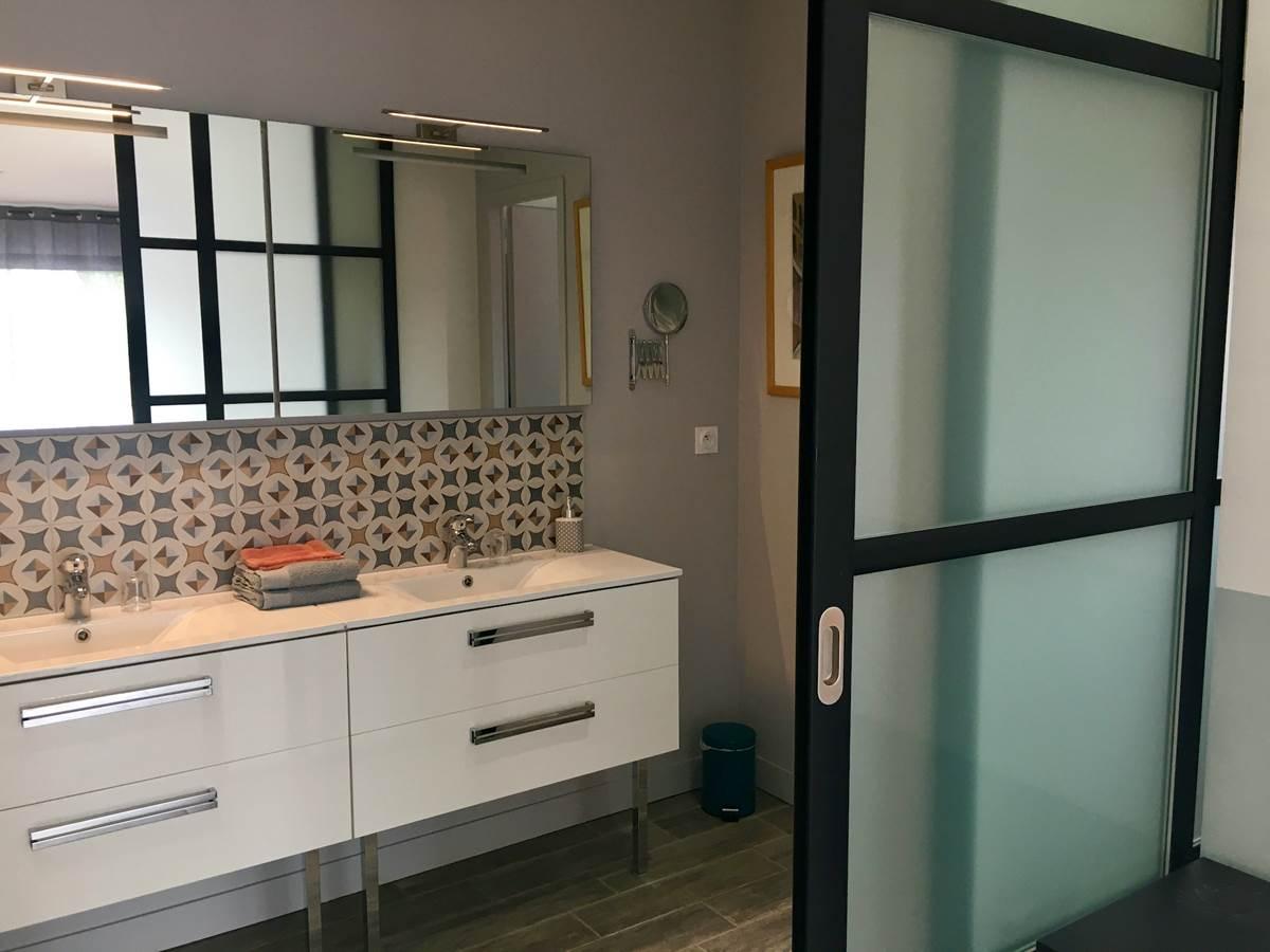 La salle d'eau avec double vasque
