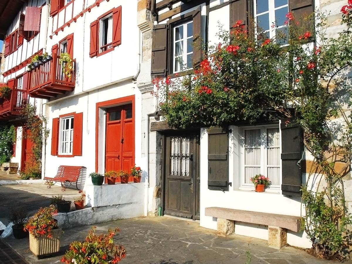 Ainhoa et ses maisons aux boiseries vertes ou rouges