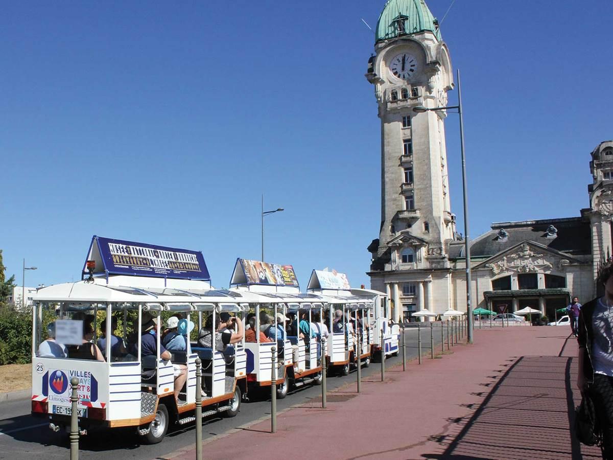 Petit train touristique de Limoges, devant la gare des Bénédictins