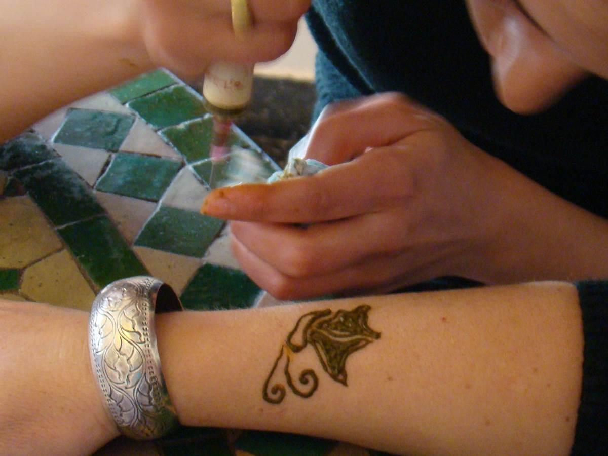 Une séance de henné au riad Menthe et Citron de Meknès