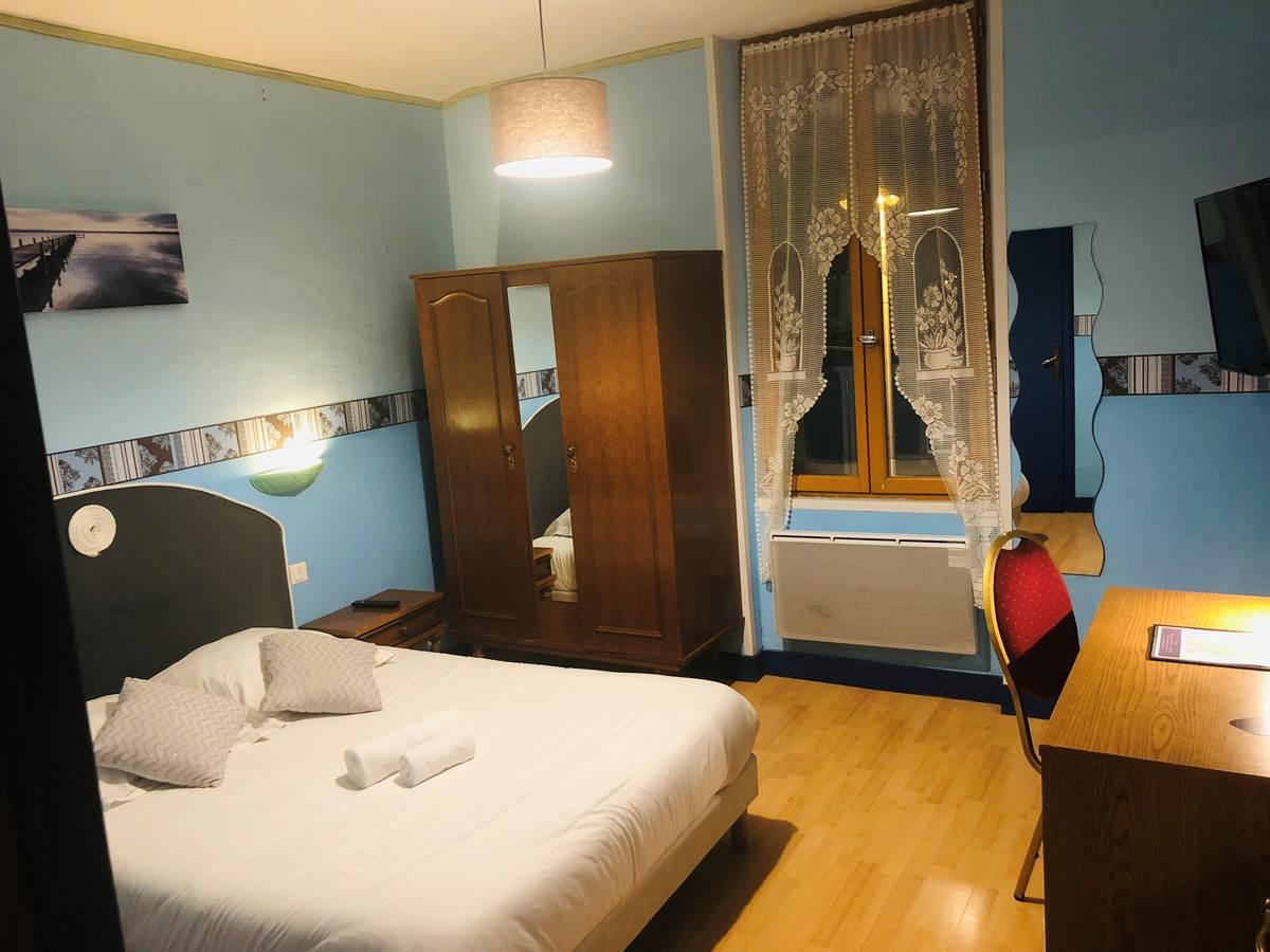 chambre double bâtisse côté rue, au 2ème étage, à Boulazac, Périgueux