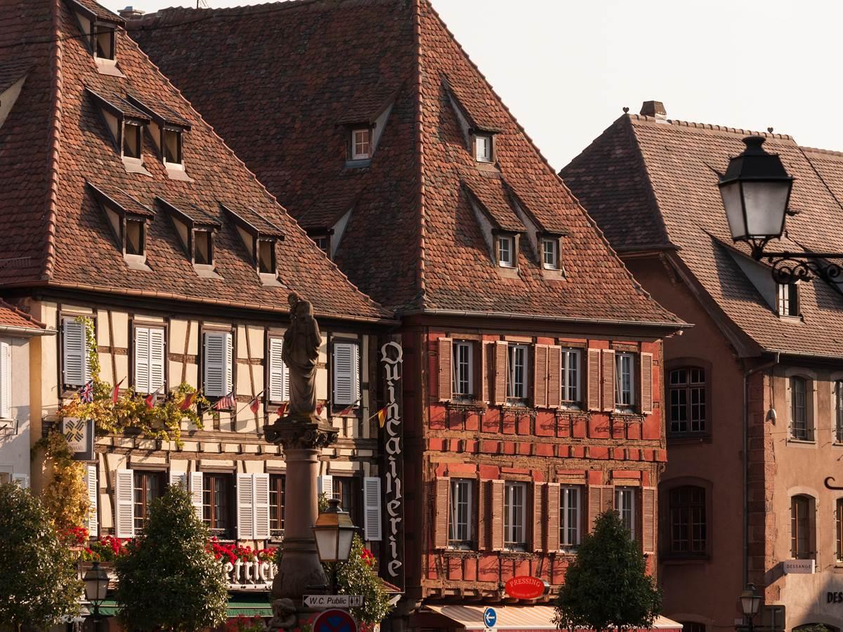 Façades de maisons à pans de bois typiques en Alsace