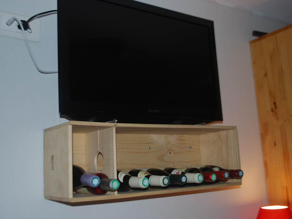 ecran plat et suggestion de vins Chambre La Pousse d'Or Hotel de Charme